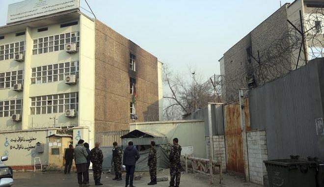 Ένοπλη επίθεση σε κυβερνητικό κτίριο στην Καμπούλ με τουλάχιστον 43 νεκρούς