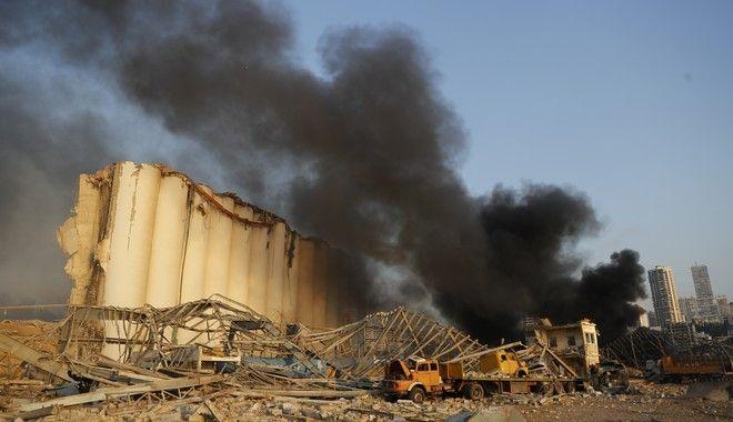 Μαύρος καπνός υψώνεται από το σημείο της έκρηξης στο λιμάνι της Βηρυττού, στον Λίβανο, 4 Αυγούστου 2020