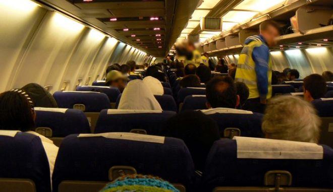 Στο πλαίσιο των ενεργειών για την αντιμετώπιση της μη νόμιμης μετανάστευσης πραγματοποιήθηκε σήμερα (14-04-2011) τα ξημερώματα εθνική επιχείρηση επιστροφής πενήντα εννιά (59) αλλοδαπών, υπηκόων Νιγηρίας, στη χώρα καταγωγής τους. Η επιστροφή των παραπάνω αλλοδαπών, σε βάρος των οποίων είχαν εκδοθεί αποφάσεις απέλασης για παράνομη είσοδο στη χώρα μας, πραγματοποιήθηκε με ειδική πτήση « charter » από το αεροδρόμιο «Ελευθέριος Βενιζέλος», μετά την μεταφορά τους από τις εγκαταστάσεις της Διεύθυνσης Αλλοδαπών Αττικής, όπου κρατούνταν. Τους αλλοδαπούς συνόδευαν εκατόν τριάντα αστυνομικοί, αριθμός ο οποίος καθορίστηκε σύμφωνα με τις διεθνείς βέλτιστες πρακτικές και τις διαδικασίες ασφαλούς μεταφοράς των επαναπατρισθέντων, σε συνδυασμό με την ανάλυση κινδύνου και τις προϋποθέσεις για την ασφάλεια της πτήσης. Την αποστολή συνόδευαν επίσης ένας γιατρός και μία νοσηλεύτρια της Διεύθυνσης Υγειονομικού του Αρχηγείου της Ελληνικής Αστυνομίας. (EUROKINISSI // ΕΛΛΗΝΙΚΗ ΑΣΤΥΝΟΜΙΑ)