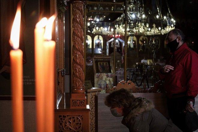 Θεία Λειτουργία στην εκκλησία την εποχή του κορονοϊού