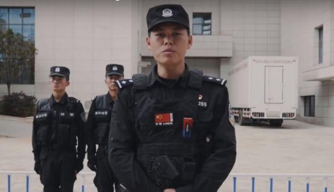 """Βίντεο: Η κινεζική αστυνομία δίνει συμβουλές επιβίωσης από επίθεση με μαχαίρι και """"τα σπάει"""""""