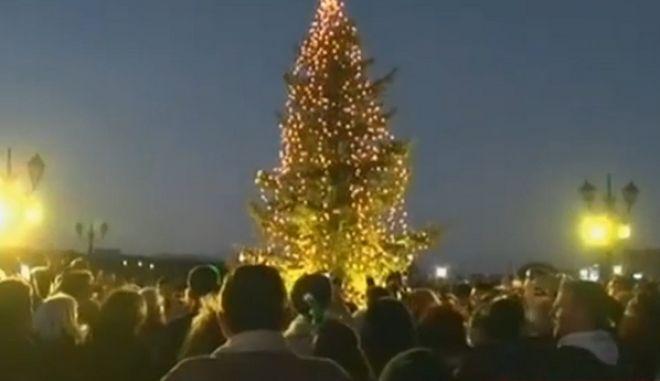 """Φωταγώγηση χριστουγεννιάτικου δέντρου στο Μάτι - Θυμίζει """"πόλη – φάντασμα"""""""
