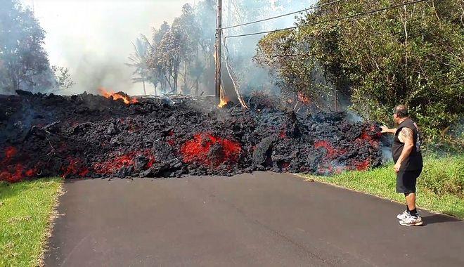Η Λάβα πλησιάζει σπίτια στην Χαβάη, μετά την έκρηξη της Πέμπτης 4 Μαΐου, 2017