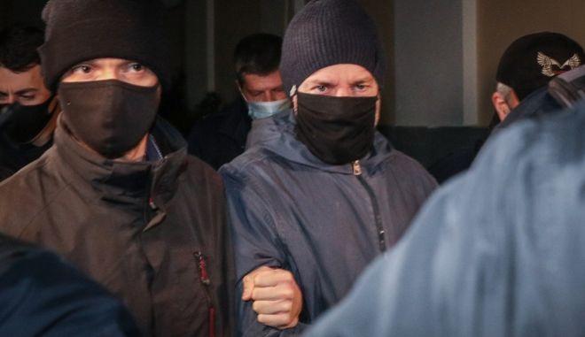Ο Δημήτρης Λιγνάδης ανάμεσα σε αστυνομικούς