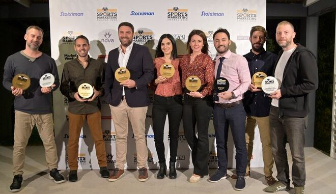 Μέλη της ομάδας marketing της Kaizen Gaming με τα βραβεία που απέσπασαν στα Sports Marketing Awards 2020.