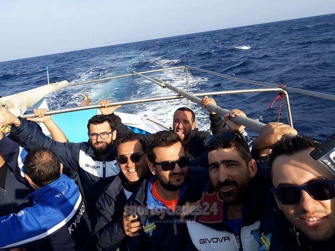 Απίστευτο: Ποδοσφαιριστές του ΑΠΣ Κύθνου πήγαν στον αγώνα με... βάρκα