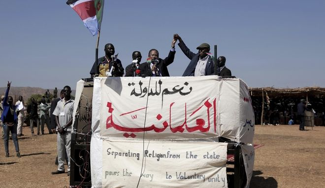 Ο πρωθυπουργός του Σουδάν Abdalla Hamdok, αριστερά και ο ηγέτης του Απελευθερωτικού Κινήματος του Σουδάν-Βορρά, Abdel-Aziz al-Hilu, σηκώνουν τα χέρια τους, στην απομακρυσμένη πόλη Kauda, στο Σουδάν, στις 9 Ιανουαρίου 2020. Ο Hamdok, συνοδευόμενος από αξιωματούχους των Ηνωμένων Εθνών, ξεκίνησε μια ειρηνευτική αποστολή προς τον τερματισμό των μακροχρόνιων εμφύλιων συγκρούσεων της χώρας.