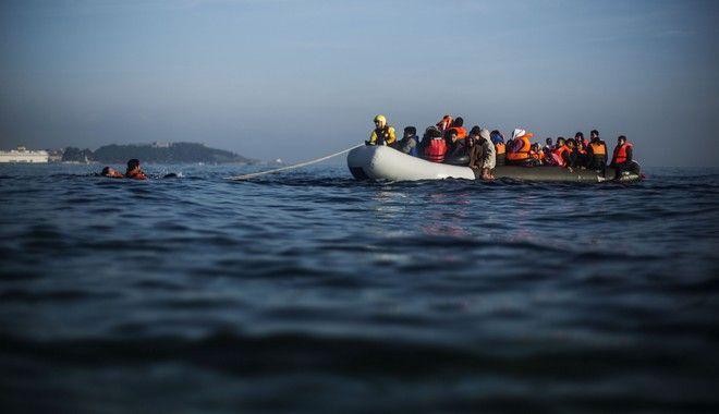 Πρόσφυγες και μετανάστες σε βάρκα ανοιχτά της Λέσβου