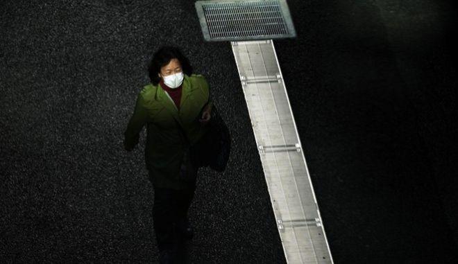 Γυναίκα με μάσκα περπατά στην Ιαπωνία