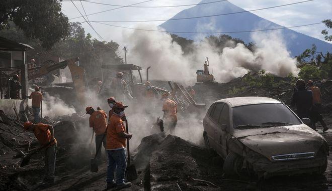 Διακόπηκαν οι έρευνες για τον εντοπισμό επιζώντων στις στάχτες