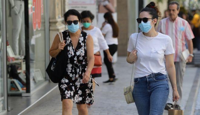 Γυναίκες με μάσκα στο κέντρο της Αθήνας