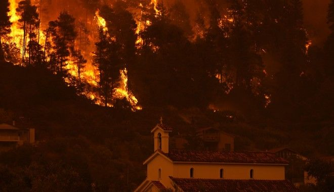 Οι φλόγες πλησιάζουν στο χωριό Γούβες στην Εύβοια