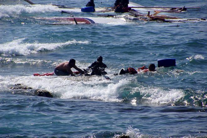 Κάτοικοι της Ρόδου, διασώστες του ΕΚΑΒ, άνδρες του λιμενικού, αστυνομικοί και εθελοντές ανασύρουν από την θάλασσα Σύριους πρόσφυγες έπειτα από το ναυάγιο του ιστιοφόρου στο οποίο επέβαιναν την Δευτέρα 20 Απριλίου 2015. Τρία άτομα -ένας άνδρας, μία γυναίκα και ένα παιδί- ανασύρθηκαν νεκρά από τη θαλάσσια περιοχή Ζέφυρος της Ρόδου. Οι περισσότεροι μετανάστες έπεσαν στη θάλασσα και κατάφεραν να βγουν στην ακτή με τη βοήθεια κατοίκων του νησιού. Σύμφωνα με το Λιμενικό, έχουν διασωθεί μέχρι στιγμής 83 άτομα, εκ των οποίων 57 έχουν μεταφερθεί στην Αστυνομική Διεύθυνση του νησιού και 23 στο νοσοκομείο.