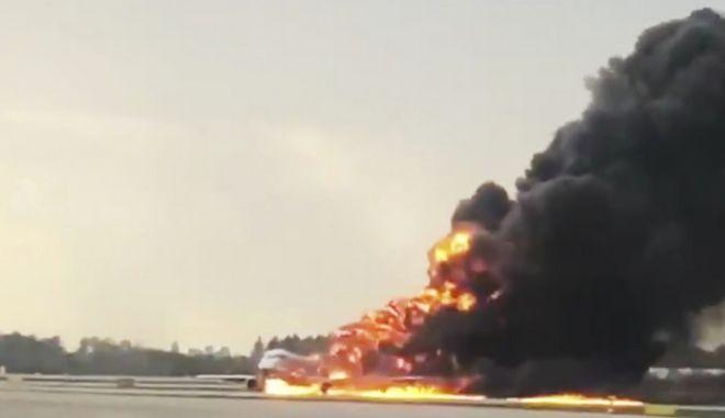 Φωτιά σε αεροσκάφος στο κεντρικό αεροδρόμιο της Μόσχας