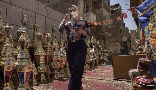Γυναίκα με μάσκα στο Κάιρο