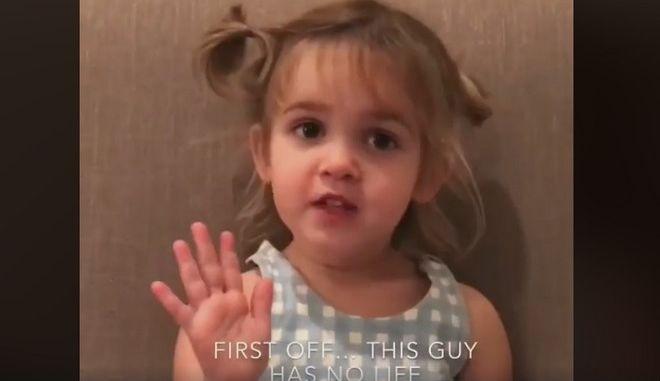 Ένα κοριτσάκι είναι κάπως σκεπτικό για τον Άι Βασίλη και τρελαίνει το διαδίκτυο