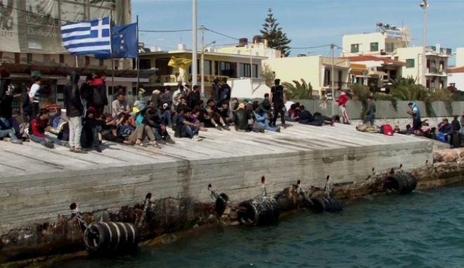 Πρόσφυγες στο λιμάνι της Χίου