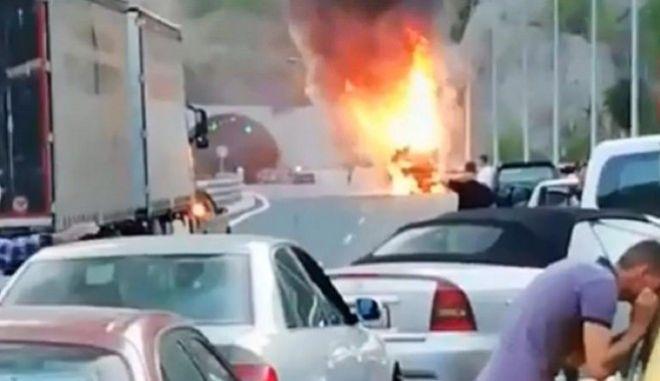 Εγνατία Οδός: Στις φλόγες τουριστικό λεωφορείο ενώ κινούταν σε τούνελ