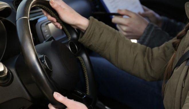 """Μαθήματα οδήγησης από τα 17: """"Φρένο στη διαφθορά"""" στις εξετάσεις για δίπλωμα"""