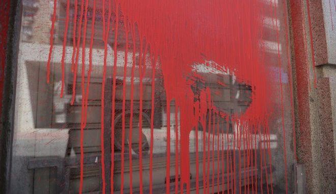 Στιγμιότυπο από την επίθεση του Ρουβίκωνα στα γραφεία του ΣΕΒ, στο Σύνταγμα