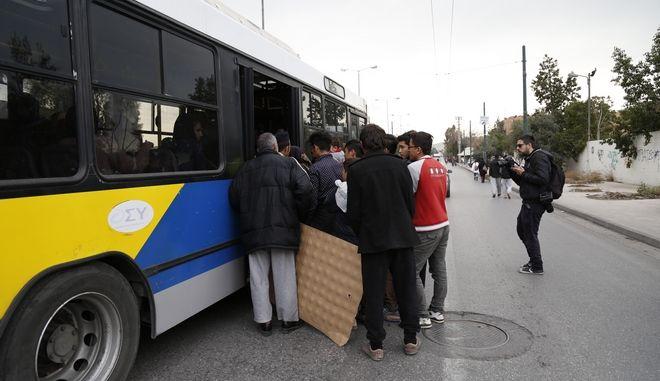Πορεία διαμαρτυρίας από μετανάστες και πρόσφυγες, από το προσωρινό κέντρο φιλοξενίας στο Σχιστό, προς την πλατεία Βικτωρίας, Τετάρτη 9 Ιανουαρίου 2016. Στη φωτογραφία ΜΑΤ απέκλεισαν τους πρόσφυγες  στην Πέτρου Ράλλη και επιβιβάζονται σε λεωφορείο. (EUROKINISSI/ΣΤΕΛΙΟΣ ΜΙΣΙΝΑΣ)