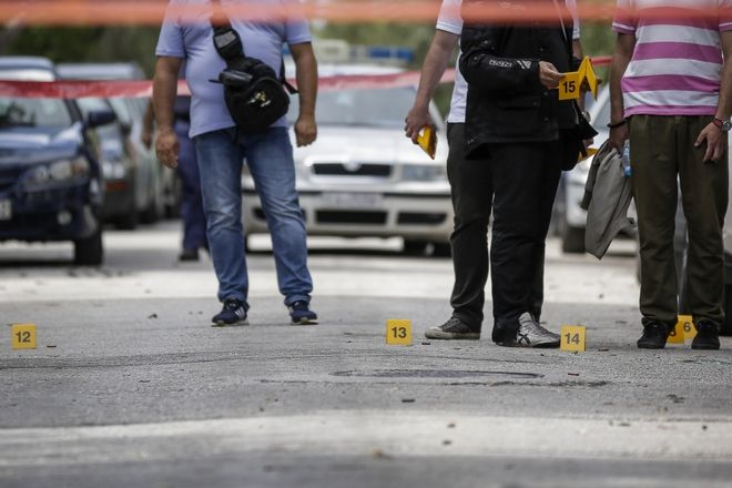 Πυροβολισμοί στην συμβολή των οδών Αίαντος και Ναϊάδων στο Παλιό Φάληρο την Τετάρτη 27 Ιουνίου 2018. Οι δράστες με ένα λευκό Alpha Romeo και μια μηχανή στην οποία επέβαιναν δύο άτομα πυροβόλησαν κατά ριπάς με αυτόματα έναν 45χρονο την στιγμή που πλησίαζε στο σπίτι του