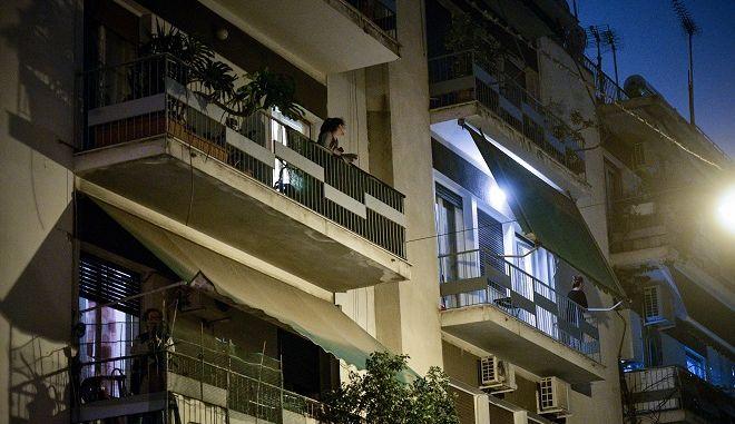 Οι Έλληνες χειροκρότησαν από τα μπαλκόνια τους
