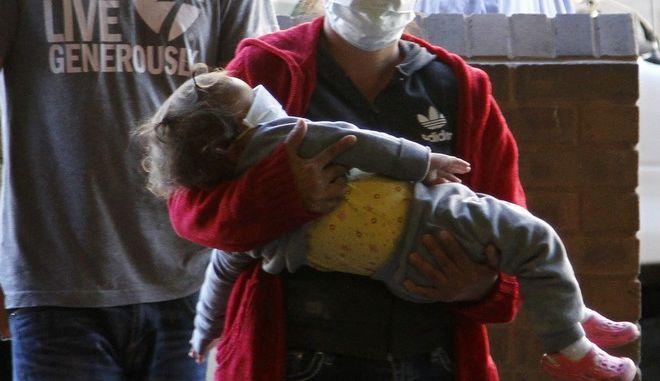 Μετανάστης με το παιδί του αγκαλιά στο Μεξικό