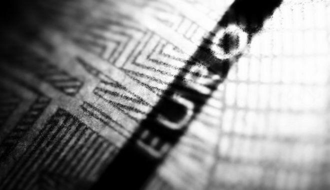 Λεπτομέρεια από χαρτονόμισμα ευρώ.  (EUROKINISSI/ΣΤΕΛΙΟΣ ΜΙΣΙΝΑΣ)