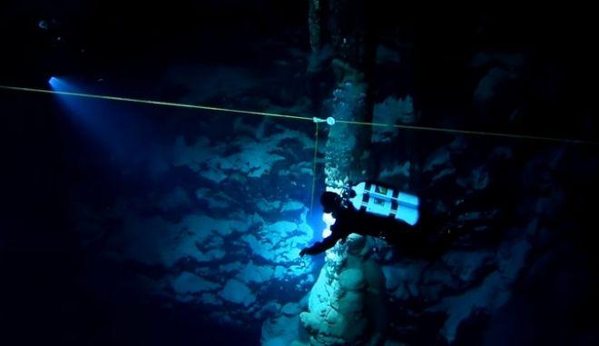 """Αμφιτρίτη: Μέσα στο """"χιονισμένο"""" υποθαλάσσιο σπήλαιο του Αιγαίου"""