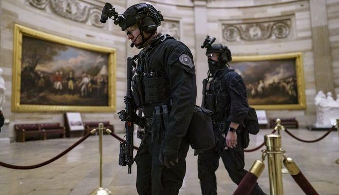 Αστυνομικοί στο Καπιτώλιο μετά την εισβολή οπαδών του Τραμπ
