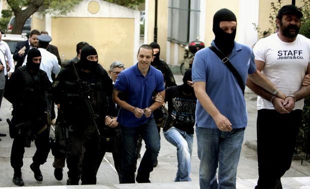 Ο βουλευτής Ηλίας Κασιδιάρης και ο γγ της Χρυσής Αυγής Νίκος Μιχαλολιάκος μεταφέρονται από άνδρες των ΕΚΑΜ στον εισαγγελέα στα δικαστήρια της Ευελπίδων το Σάββατο 28 Σεπτεμβρίου 2013. (EUROKINISSI/ΓΕΩΡΓΙΑ ΠΑΝΑΓΟΠΟΥΛΟΥ)