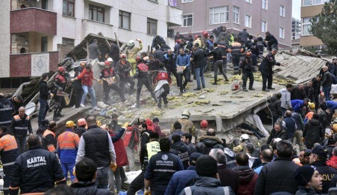 Διασώστες στο 8ώροφο κτίριο που κατέρρευσε στην Κωνσταντινούπολη