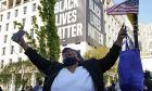 Γυναίκα πανηγυρίζει μετά την ετυμηγορία για τον φόνο του Φλόιντ