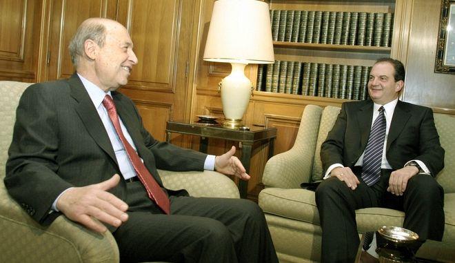 Στιγμιότυπο από τη συνάντηση του Κώστα Σημίτη και του Κώστα Καραμανλή στο Μέγαρο Μαξίμου το 2004