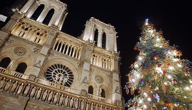 Η φωταγωγημένη Παναγία των Παρισίων τα Χριστούγεννα