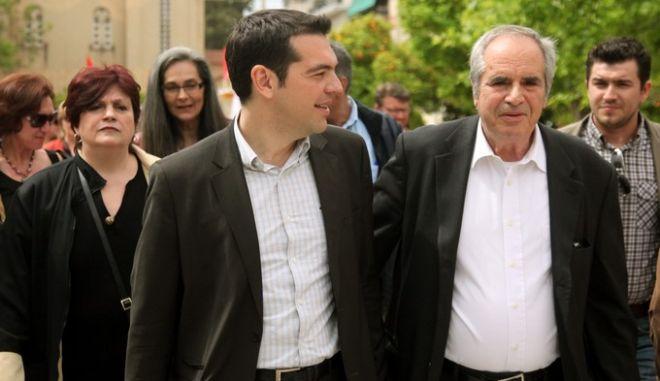 Στιγμιότυπο από την σημερινή περιοδεία του προέδρου του ΣΥΡΙΖΑ Αλέξη Τσίπρα στην Καισαριανή,Τρίτη 24 Απριλίου 2012 (EUROKINISSI/ΓΕΩΡΓΙΑ ΠΑΝΑΓΟΠΟΥΛΟΥ)
