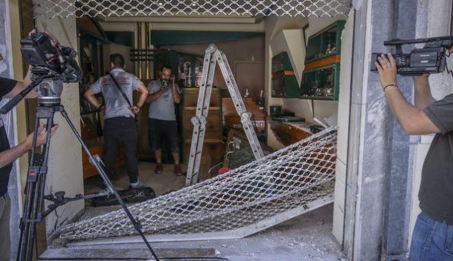 Το κοσμηματοπωλείο στην οδό Πλάτωνος στον Κολωνό όπου τα ξημερωμάτα του Σαββάτου 2 Ιουνίου 2018, ληστές έσπασαν με αυτοκίνητο τη βιτρίνα του και πήραν τα κοσμήματα από το κατάστημα.