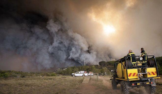 Μεγάλη φωτιά σε εξέλιξη στη Νότια Αφρική