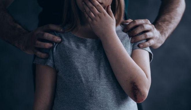 Κοριτσάκι στα χέρια απαγωγέα. Φωτό αρχείου.