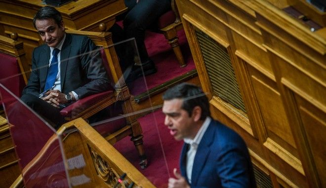 O Κυριάκος Μητσοτάκης και ο Αλέξης Τσίπρας στη Βουλή τον Απρίλιο του 2020