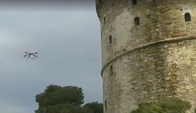 Κορονοϊός: Drone πετά στον Λευκό Πύργο και προτρέπει τον κόσμο να μείνει σπίτι
