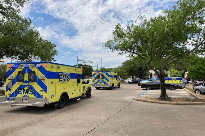Ασθενοφόρα μετά τον θανατηφόρο πυροβολισμό τριών ατόμων στο Ώστιν του Τέξας, 18 Απριλίου 2021