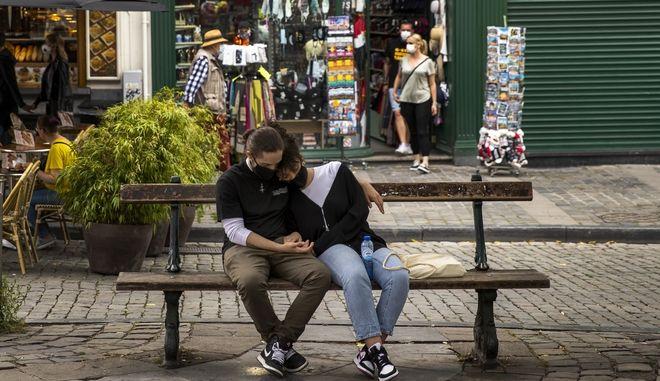 Ζευγάρι κάθεται σε πλατεία των Βρυξελλών
