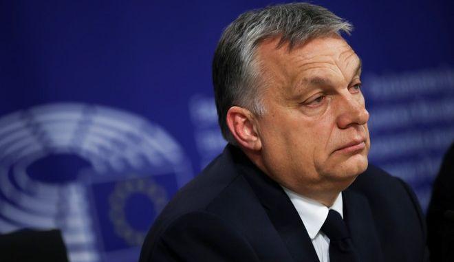 Μητσοτάκης και άλλοι 11 ηγέτες του ΕΛΚ ζητούν την αποβολή του Όρμπαν