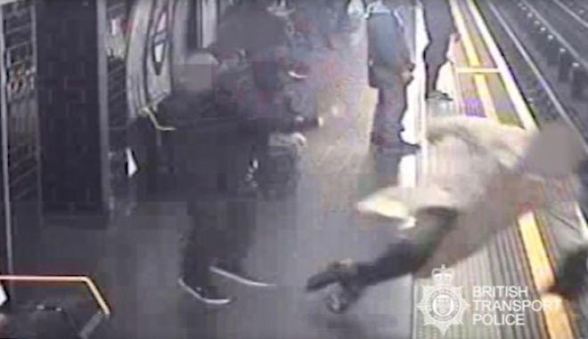 Σοκαριστικό βίντεο: Άνδρας σπρώχνει 91χρονο στις γραμμές του μετρό