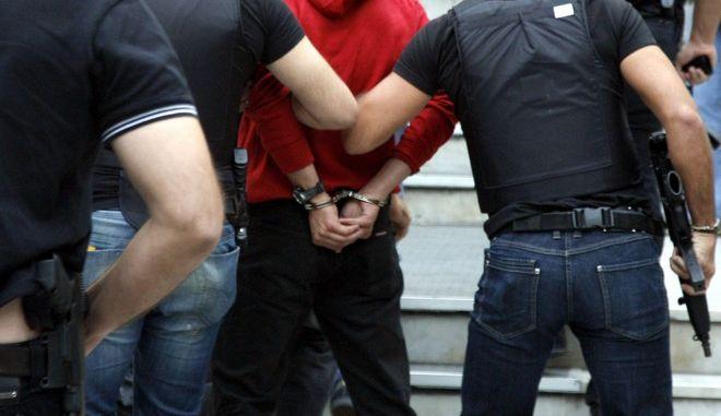 Στιγμιότυπο απο τα δικαστήρια της Ευελπίδων όπου οι 4 κατηγορούμενοι για βομβιστικές επιθέσεις και την γιάφκα στο Χαλάνδρι οδηγήθηκαν στον εισαγγελέα,σήμερα Παρασκευή 25 Σεπτεβρίου 2009