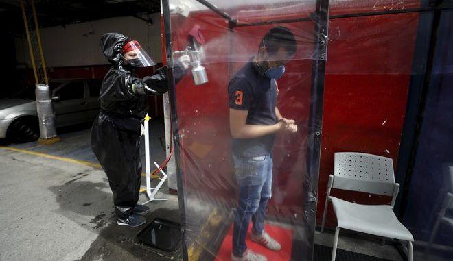 Ψεκασμός ανθρώπου στην Κολομβία