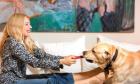 Η Σμαράγδα Καρύδη με τον σκύλο της