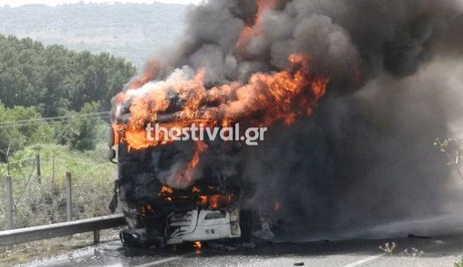 Στις φλόγες τυλίχθηκε μία νταλίκα στη Θεσσαλονίκη